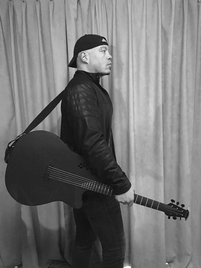Thijs de Jong met zijn Ovation gitaar, het Amerikaanse merk waarmee hij een samenwerking aanging.