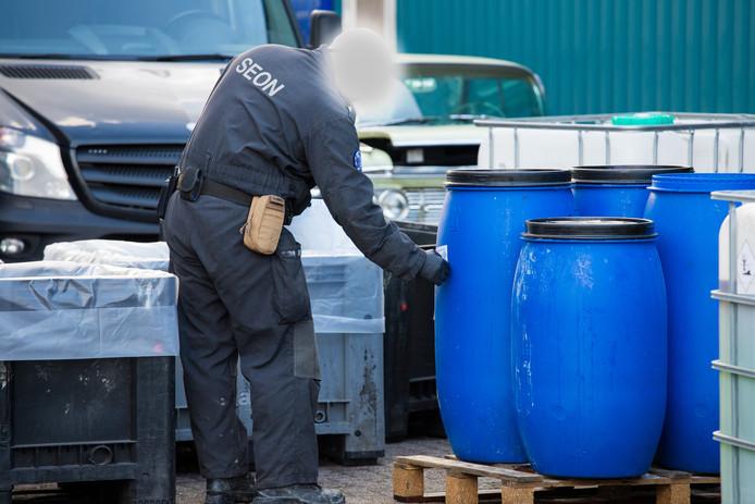 Specialisten zijn druk in de weer met de ontmanteling van een drugslab in Wijchen.
