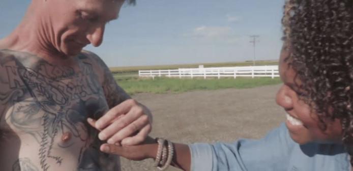 Tiffany bewondert Michaels getatoeëerde torso waarop geen swastika meer te zien is.