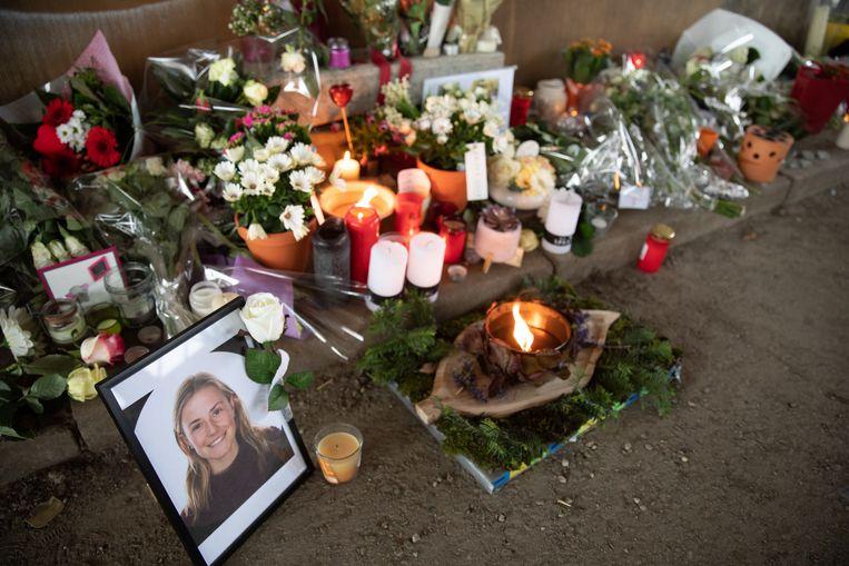 Foto's, bloemen, kaarsen en kaartjes op de plek waar Julie Van Espen werd vermoord.