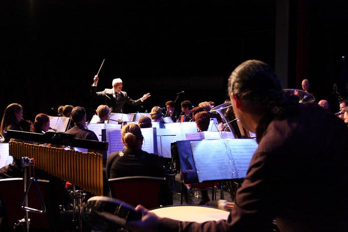 De muzikanten van Kunst en Vriendschap uit Balgoij repeteren onder de bezielende leiding van dirigent Peter Wintjes.