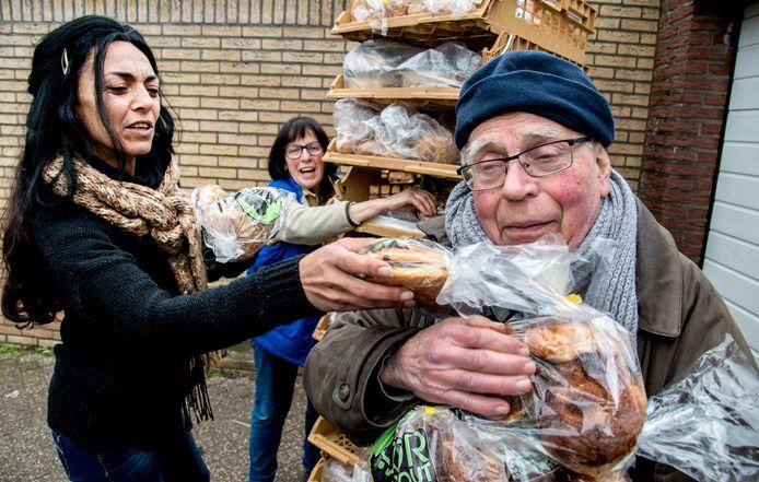 Gerrit en Angelique Poels met links pleegdochter Hülya in betere tijden, samen druk bezig met de verdeling van brood voor de minstbedeelden van Tilburg.