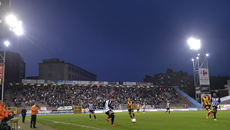 Drie van de vier tribunes van het stadion krijgen opnieuw een dak waardoor de supporters beter beschermd zijn tegen de weersomstandigheden.