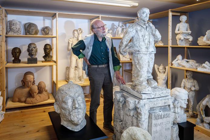Wim Heij temidden van de Hildo Krop collectie in de kelder van villa Rams Woerthe.