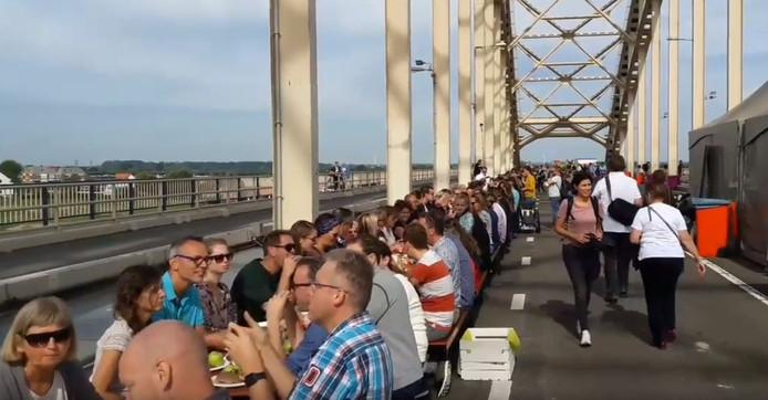 Een unieke ervaring voor duizend Nijmegenaren: picknick midden op de Waalbrug.