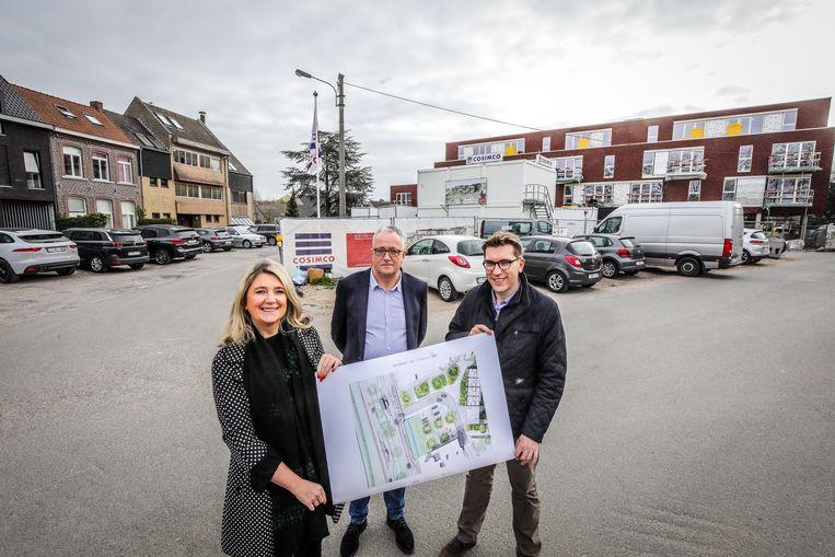 Schepen Mercedes Van Volcem, directeur van de Brugse Maatschappij voor Huisvesting Luc De Smedt en schepen Franky Demon met de plannen.