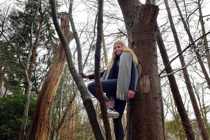 Lisa van der Mijle in het bos tegenover haar woning in Huijbergen.