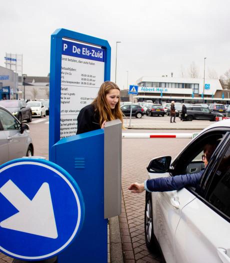 Gastvrouw moet chaos op parkeerplaats De Els voorkomen: druk of niet, Lieke blijft vrolijk en kalm