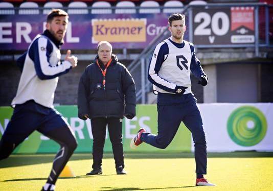 Kramer (r) onder toeziend oog van Dick Advocaat op de training van Sparta.
