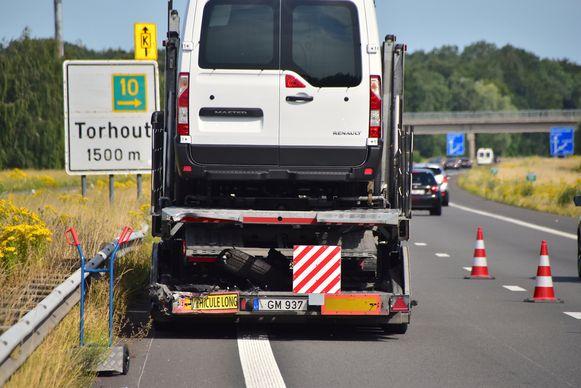 De Mercedes van Davy De fauw botste links achteraan op het autotransport.