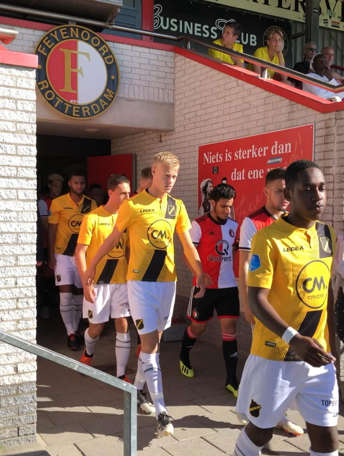 Jan Paul van Hecke betreedt het veld in Rotterdam. Rechts naast hem Yassin Ayoub.