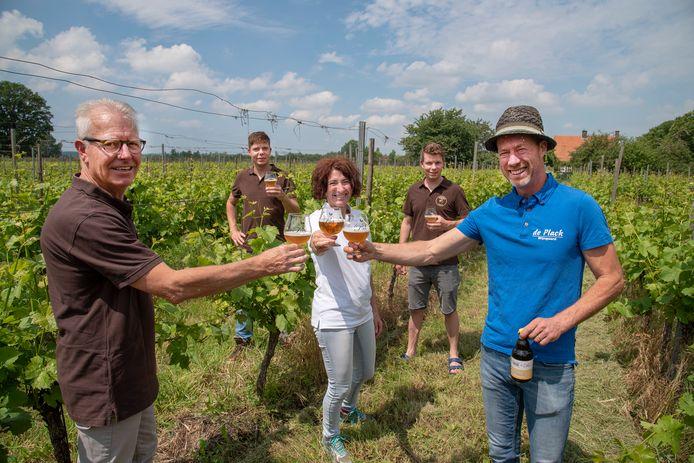 De Biberius brouwers (familie Mulders) hebben samen met John en Virginie Grutters van wijngaard De Plack in Groesbeek een nieuw biertje ontwikkeld. Van links naar rechts: Ruud Mulders, Bart Mulders, Virginie Grutters, Luuk Mulders en John Grutters.
