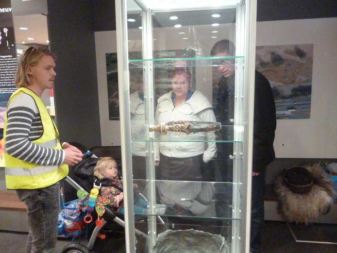Joris Brattinga van het Rijksmuseum van Oudheden geeft uitleg aan bezoekers.