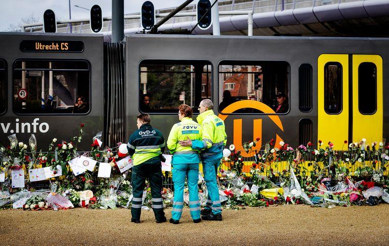 Ambulancemedewerkers herdenken op het 24 Oktoberplein in Utrecht de aanslag. Beeld ANP