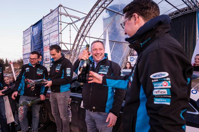 Helemaal links op de foto Jurgen Mollink (Tilligte) met naast zich Peter Wiefferink (Ootmarsum), die tweede werden. De champagne is voor de winnaars: Coen en Rico van der Wind.