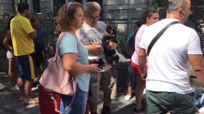 """Onze reporter ziet hoe buurtbewoners heel even thuis spullen mogen ophalen: """"Maar ze zijn opnieuw moeten gaan lopen"""""""