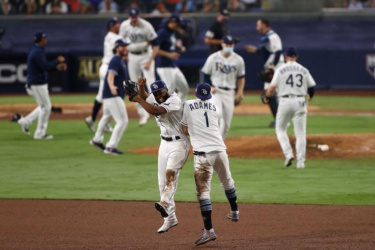 Manuel Margot en Willy Adames van Tampa Bay Rays vieren de 4-2-overwinning op Houston Astros en daarmee een plaats in de World Series, de finale van het honkbalseizoen in de VS. Beeld Getty Images