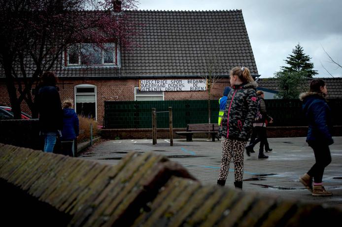 De buurman van basisschool 't Geerke plaatste op een gegeven moment een bord bij zijn huis.