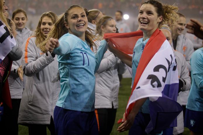 De Oranje Leeuwinnen vieren in Zwitserland de plaatsing voor het WK van volgend jaar.