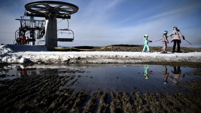 Skigebied in de Franse Pyreneeën zet helikopter in om sneeuw op skipistes te krijgen