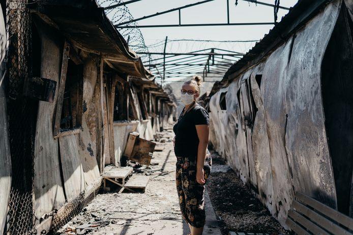 Debora Molenaar bij de restanten van haar 'kantoortje op vluchtelingenkamp Moria.