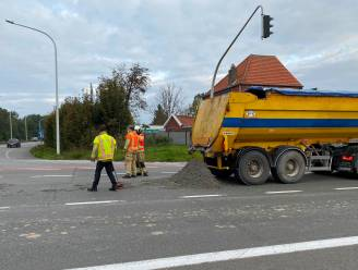 Pechdag op het werk: vrachtwagen verliest lading aan afrit E40 in Erpe-Mere