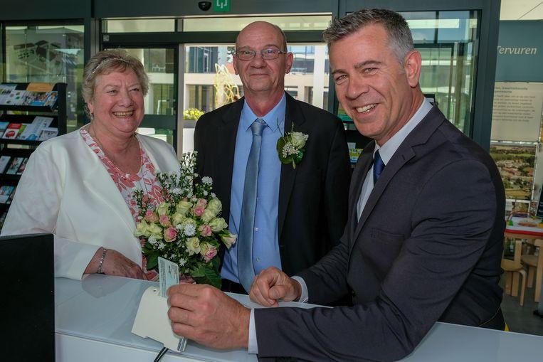 De eerste digitale trouw in Tervuren is een feit: schepen Mario Van Rossum bevestigt het voltrokken huwelijk.