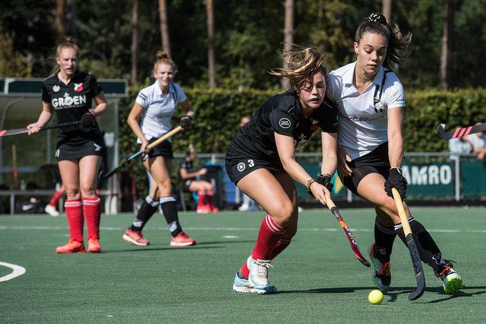 Zwart Wit-speelster Demi van de Geer (uiterst rechts) duelleert met een tegenstander van Craeyenhout. Op de achtergrond kijkt ploeggenote Marjolijn van Opstal toe.