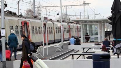 Auto botst tegen trein aan Veedijk