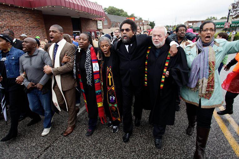 Oktober 2014: religieuze leiders trekken met demonstranten naar het politiebureau van Ferguson uit protest tegen de schietpartij waarbij een jonge zwarte man om het leven kwam.  Beeld Hollandse Hoogte / AFP