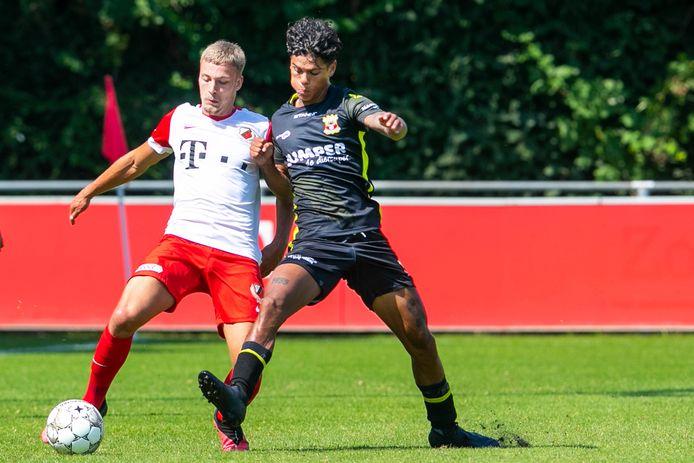 FC Utrecht-speler Davy van den Berg (l) in duel met Quiermo Dumay, die een uitstekende indruk maakt op trainer Van Wonderen.