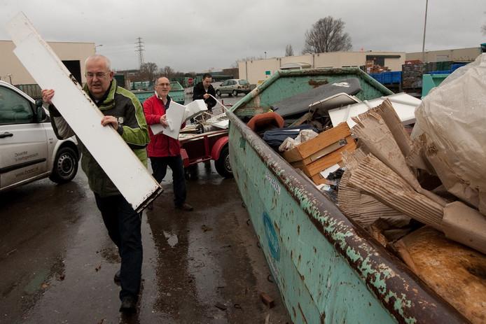 Deventer introduceert een spaarsysteem met gratis kilo's bij de afvalstort aan de Westfalenstraat. Op de foto nog de huidige milieustraat, die komend voorjaar plaats maakt voor een splinternieuw complex.