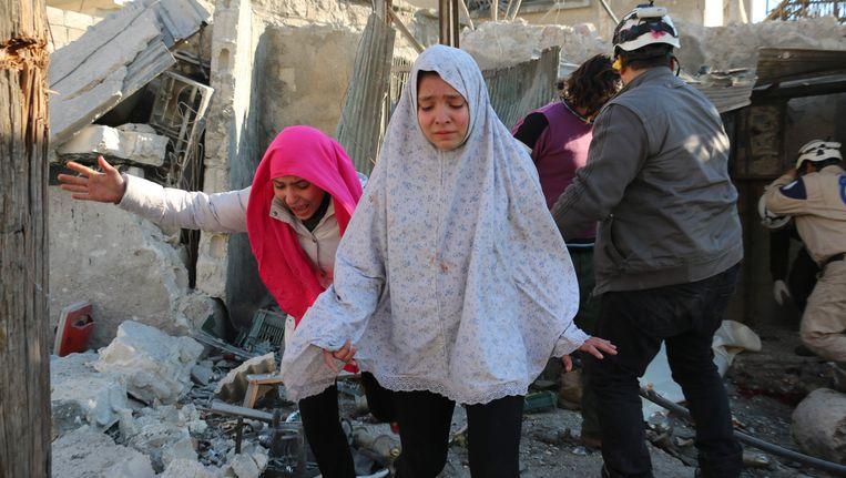 Syrische meisjes huilen na een luchtaanval op Aleppo. Beeld afp