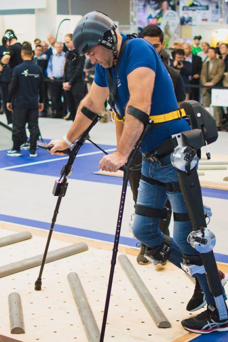TU Delft-studenten vinden exoskelet uit dat nu ook stappen opzij kan maken