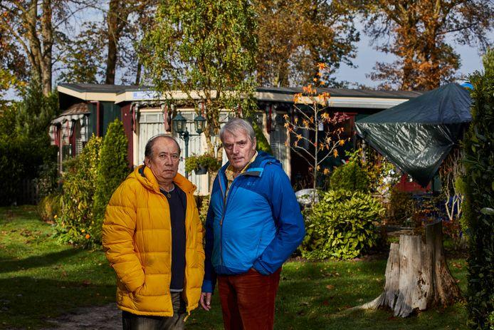 Raymond Bloem (links) en partner Johan Schaap voor hun vakantieparadijsje op De Vlinderhoeve.