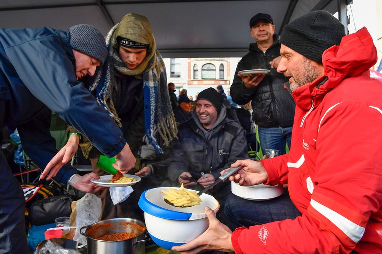 Wie aanschuift, wordt verwend door familie en vrienden die catering verzorgen. Deze mannen kunnen zich te goed doen aan pasta bolognaise.