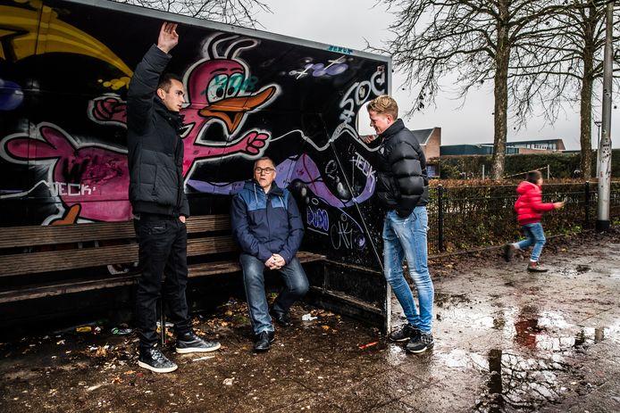 Quint van Onna (links), Bertus Damen en Matthijs Schouten in de dugout bij het voetbalpleintje.