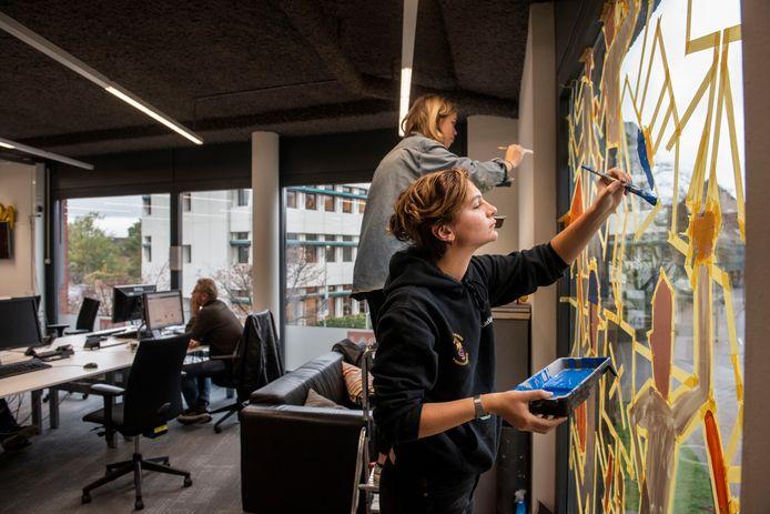 In het Breda wordt het Blind Walls-project ook voor een deel ingevuld door Bredase kunstenaars, zoals de raamschildering die onlangs is verschenen bij het redactiekantoor van BN DeStem aan de Markendaalseweg.