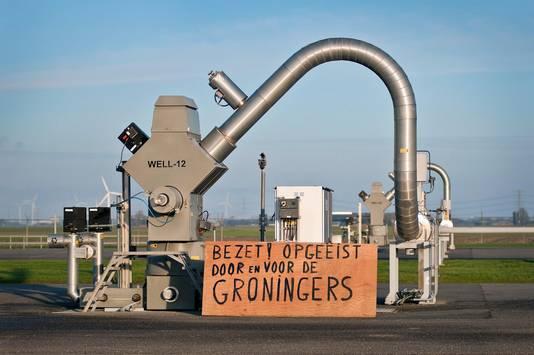 Actievoerders van Schokkend Groningen protesteren op een gaswinningslocatie van de Nederlandse Aardolie Maatschappij (NAM) bij 't Zandt.