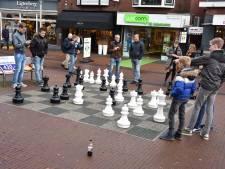 Nieuwe grote schaakstukken op 'schaakplein' in Rijssen