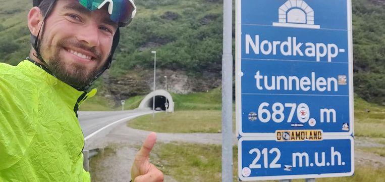 Thibaut bij een Noordkaap-verkeersbord.