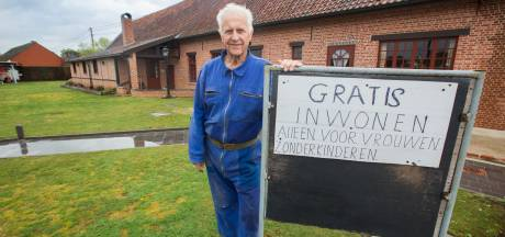 Herman (80) zoekt vrouw via bord in de voortuin