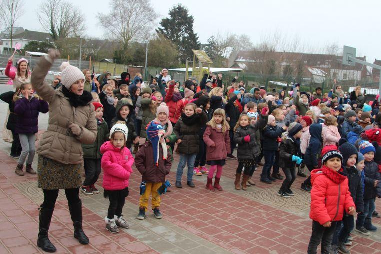 De kinderen voerden bij een gepast liedje een leuk dansje op.