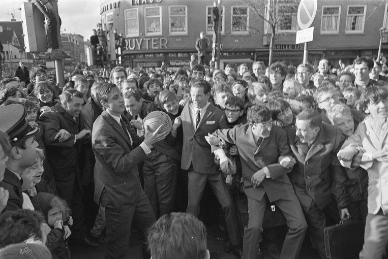 Cruijff opent een filiaal van verfwinkel Verfbron door een bal door de winkeldeur te schieten, 1967 Beeld nationaal archief