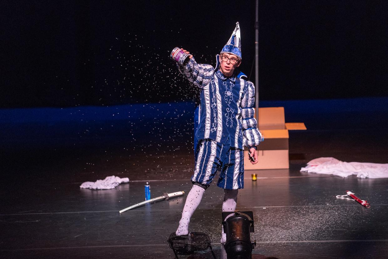 Remy Evers vermaakt het publiek ook met absurde dansjes.