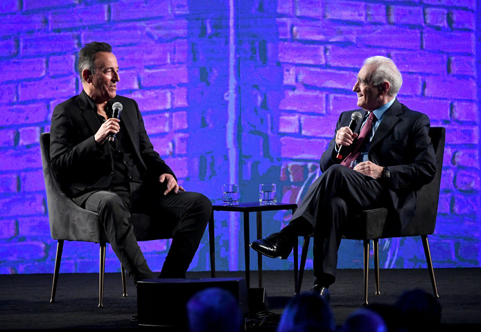 Bruce Springsteen (l) in Los Angeles tijdens een podiumgesprek met filmregisseur Martin Scorsese. De zanger kondigde meer nieuw werk aan.