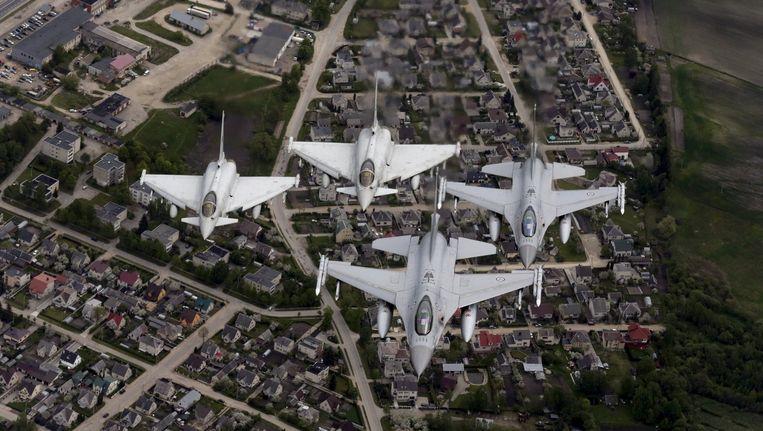 Typhoon Fighters van Italië en F-16's van Noorwegen patrouilleren boven Litouwen tijdens een NAVO-politiemissie op 20 mei.