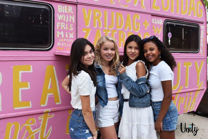 Demi (links), Jayda, Maud en Naomi van girlband UNITY.