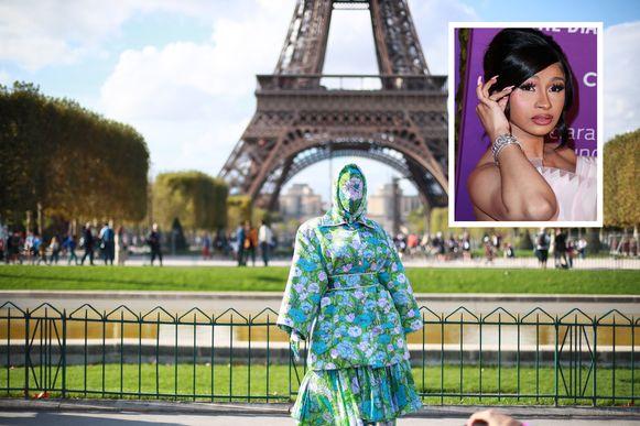 Cardi B poseert voor de Eiffeltoren.