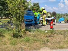 Brandweer knipt slachtoffer uit de auto na botsing  tegen boom in Ochten